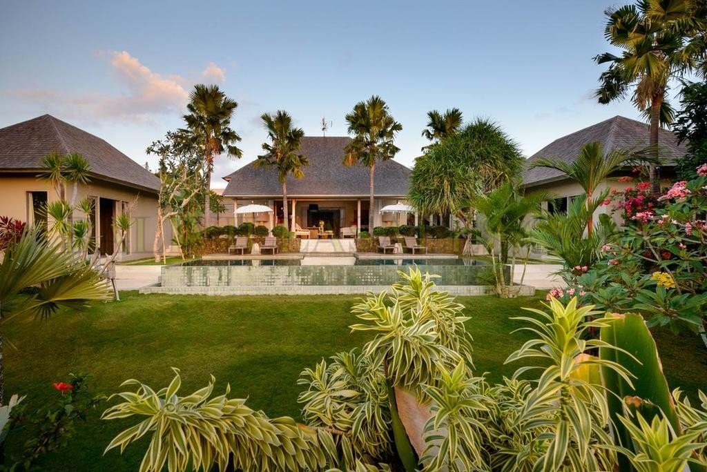 Large Classic Style Villa on Huge 10 ARE of land.