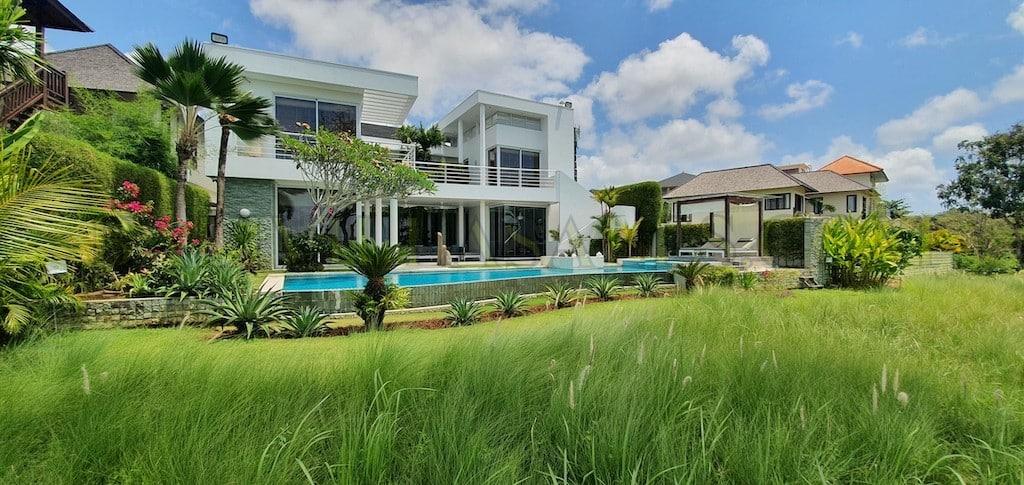 Vila 4 kamar tidur modern yang menghadap ke lapangan New Kuta Golf