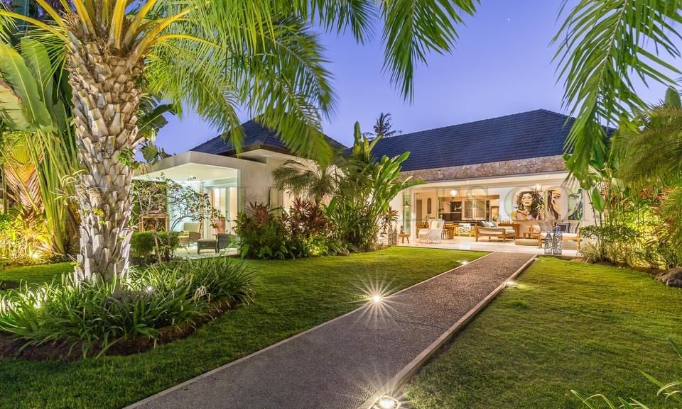Beachfront – Luxury four bedroom villa in Sanur